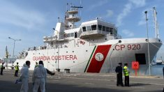Autorizados após bloqueio, 16 menores imigrantes desembarcam de navio na Itália