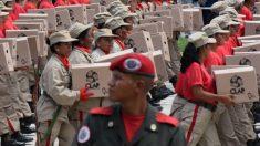 Socialismo, degradação da dignidade: civis marcham carregando caixa de comida