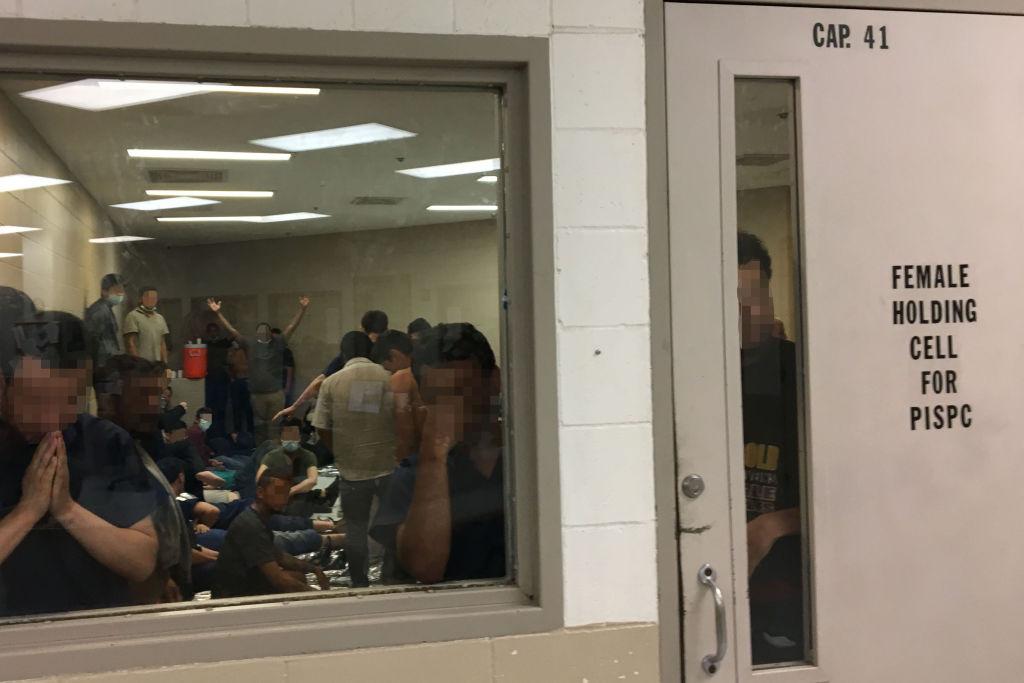Nesta foto fornecida pelo Escritório do Inspetor-Geral, homens adultos são vistos detidos em uma cela designada para mulheres, como observado pelo OIG na Brown Station da Patrulha de Fronteira dos EUA em 12 de junho de 2019 em Brownsville, Texas (Foto do Escritório do Inspetor-Geral / Departamento de Segurança Nacional através da Getty Images)