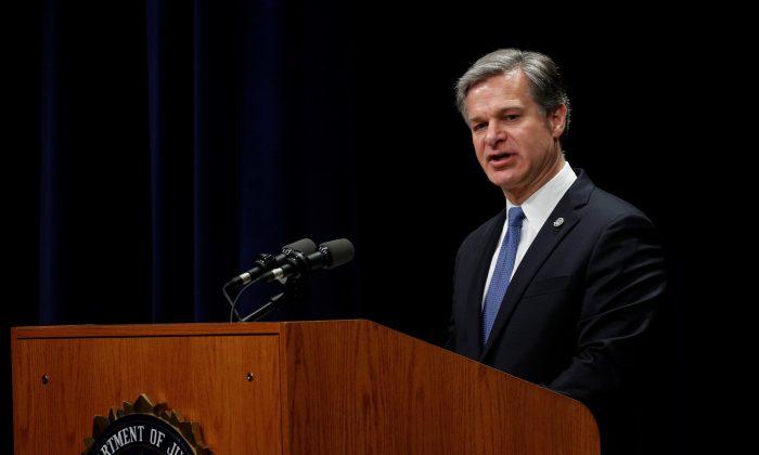 """Regime chinês tenta """"roubar caminho dos EUA"""" para supremacia econômica, diz chefe do FBI"""