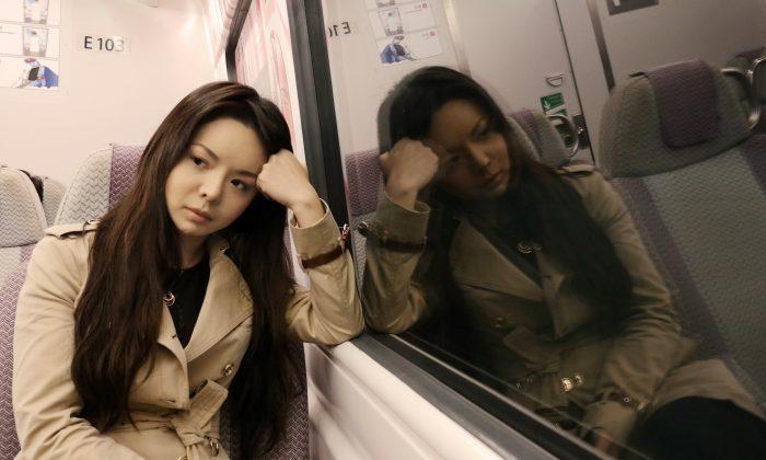 """Rainha da beleza que fez China """"fugir"""" diz que muitos chineses vivem na cultura do medo, diante do risco de perseguição"""