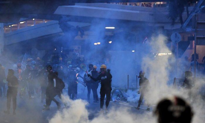 Protestos de Hong Kong continuam após polícia anunciar 16 prisões
