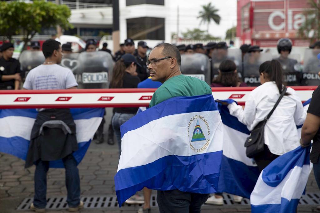 Trabalhadores exigem que o presidente Daniel Ortega reintegre dezenas de funcionários da área de saúde demitidos por socorrerem pessoas feridas em ataques armados pelo governo (Jorge Torres/Agência EFE)