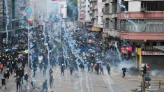 Polícia de Hong Kong dispara gás lacrimogêneo na estação de metrô, enquanto protestos continuam