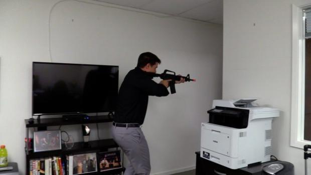 Brad Engmann finge ser um atirador à procura de alvos em um escritório em Walnut Creek, Califórnia, em 6 de agosto de 2019 (Ilene Eng / NTD)