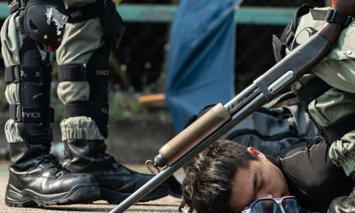 Polícia de Hong Kong usa novas armas durante intensos confrontos em campus universitário