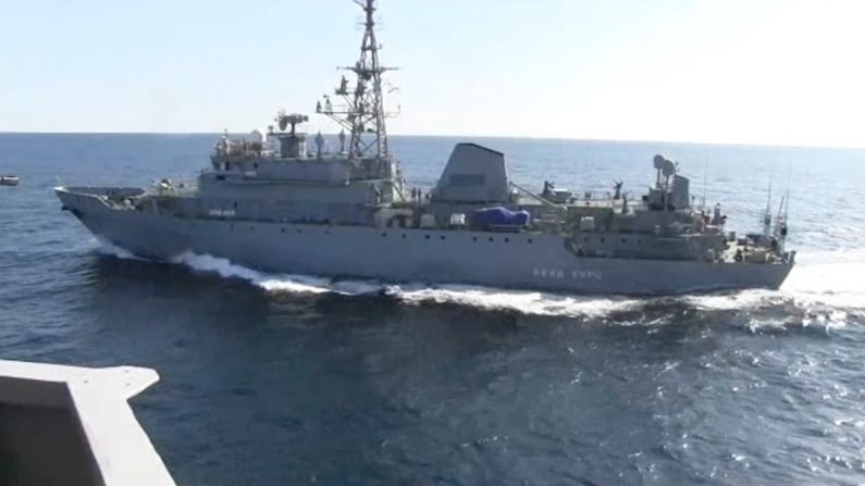 Vídeo incrível mostra navio de guerra russo perseguindo 'agressivamente' navio da Marinha dos EUA