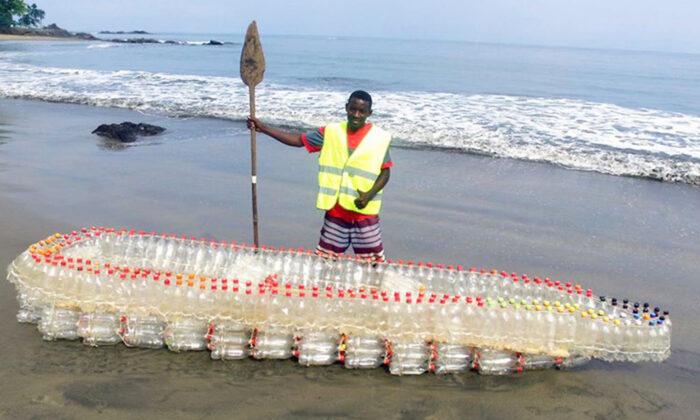 Africano vê garrafas de plástico boiando em rio e decide usá-las para fazer barco