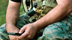 Soldado dos EUA é fotografado assistindo o nascimento de seu filho no telefone durante atraso de voo