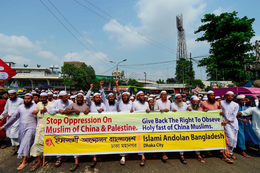 Muçulmanos de Bangladesh protestam denunciando as políticas do regime chinês em relação aos muçulmanos uigures em Xinjiang, em Daca, em 17 de maio de 2019 (MUNIR UZ ZAMAN / AFP via Getty Images)