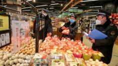 Vídeo de autoridades chinesas confiscando suprimentos de supermercado na cidade atingida por vírus causa indignação