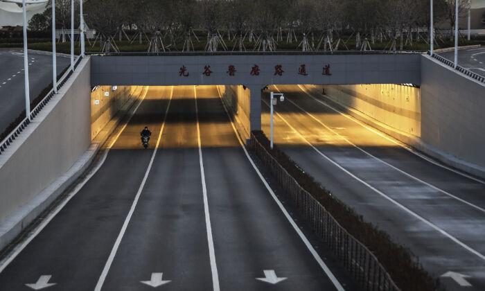 Autoridades chinesas no epicentro do coronavírus começam a cortar parcialmente a Internet