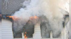 Menino de cinco anos retira a irmã e o cachorro do incêndio e volta para resgatar mais sete membros da família