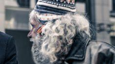 Morador de rua verte em lágrimas após salão deixá-lo com visual irreconhecível