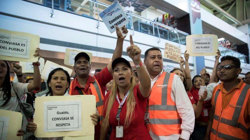 Guaidó é agredido por militantes chavistas ao desembarcar em Caracas