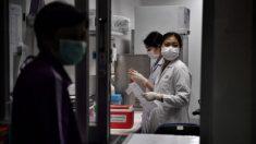 Homem que filmou cadáveres no hospital de Wuhan se depara com a polícia ao chegar em casa
