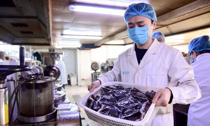 Cidade chinesa exige que todos os alunos tomem remédio para combater o coronavírus