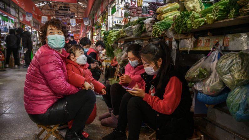 Chinesa fica em casa por um mês mas é infectada por coronavírus após receber entrega de alimentos