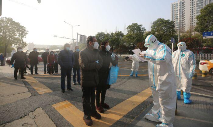 Depois que Wuhan fechou todos os hospitais improvisados, pacientes doentes tiveram tratamento negado