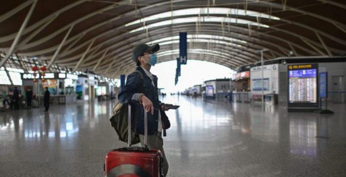 Enquanto autoridades chinesas cancelam voos, cidadãos chineses em apuros pelo mundo pedem ajuda