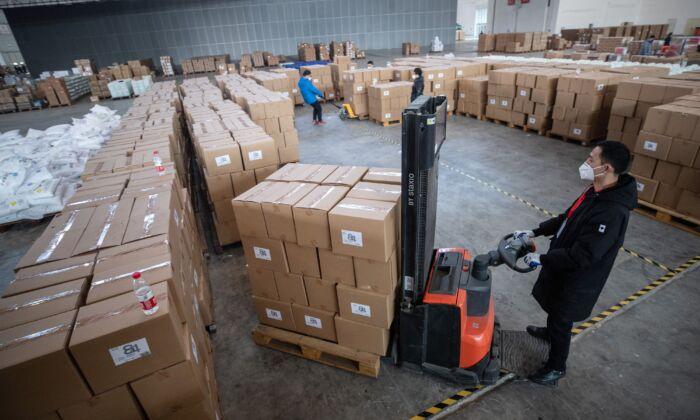 Regime chinês acumula suprimentos médicos e causa escassez fora da China