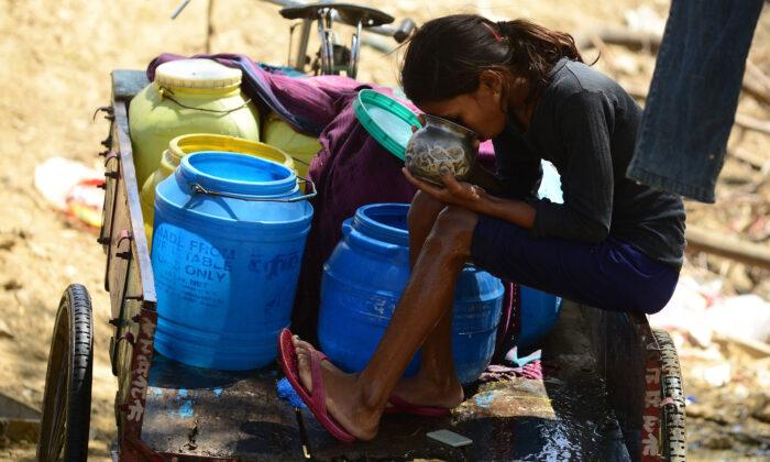 À medida que o vírus do PCC atinge o mundo, países sem água potável enfrentam desafios