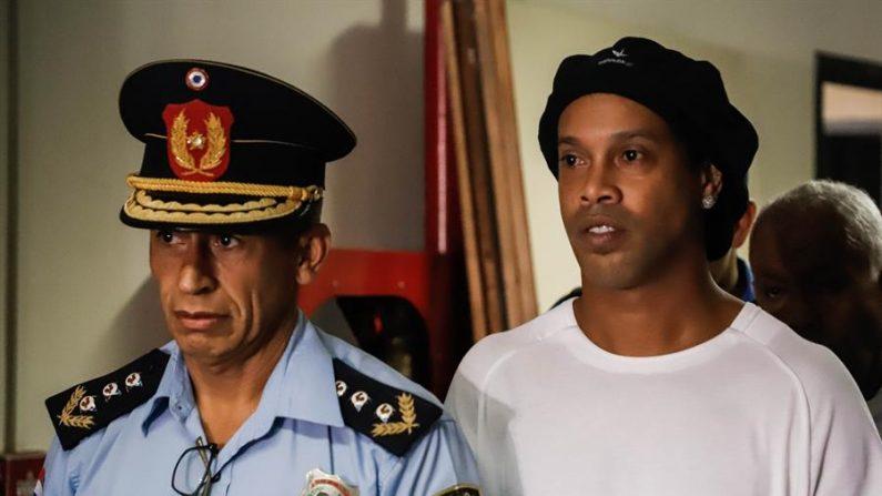 Ronaldinho completa um mês de confinamento em meio à pandemia do vírus do PCC