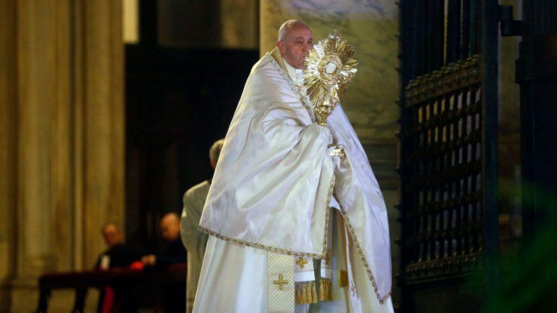 Papa dirige benção especial aos funcionários de empresas de comunicação