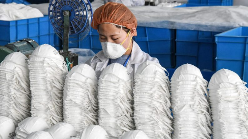 Muitas fábricas de máscaras na China não atendem aos padrões de saneamento e qualidade