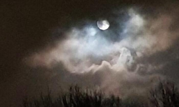 Mulher faz captura incrível do 'olho da tempestade' ao redor da lua cheia com seu telefone celular