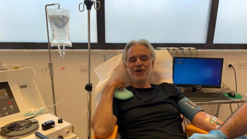 Após ter Covid-19 com sintomas leves, Andrea Bocelli doa plasma para estudos