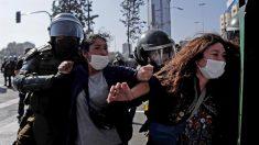 Dia do Trabalhador tem confusão em protestos e prisão de jornalistas no Chile