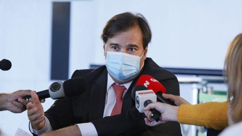 Rodrigo Maia não quer mexer nos juros criminosos dos cartões de crédito
