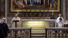 Papa Francisco volta a celebrar missa com público no Vaticano