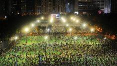 Milhares de pessoas desafiam proibição policial de homenagear o massacre da Praça da Paz Celestial em Hong Kong