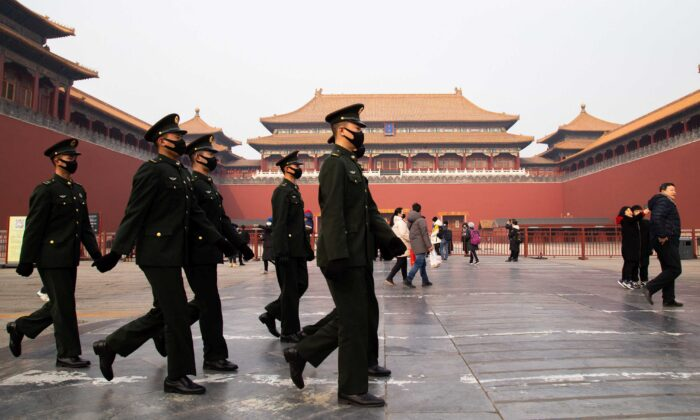 'Gestapo'da China tem poder indiscutível para perseguir grupo espiritual, afirma documento interno