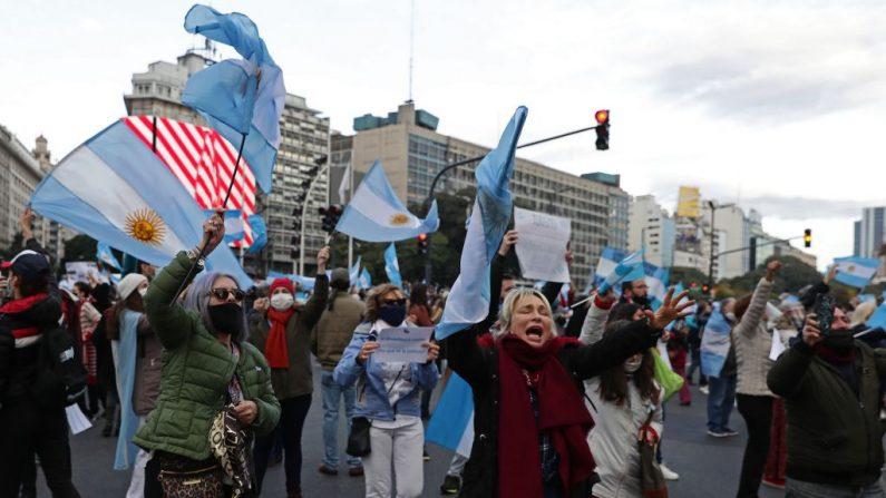 Lockdown severo na Argentina tem curva de mortes mais acentuada do que no Brasil