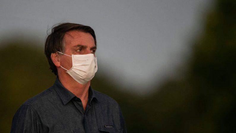Bolsonaro testa positivo para COVID-19 em um novo teste e permanecerá em quarentena