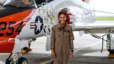 Primeira mulher negra a se formar como piloto de caça da Marinha dos EUA está pronta para receber suas asas de ouro