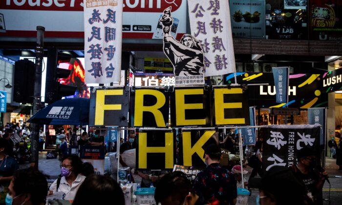 Deputados da oposição em Hong Kong renunciam em massa após destituições