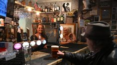 Reabertura de pubs e restaurantes impulsiona economia britânica