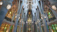 Sagrada Família reabre com homenagem a profissionais de saúde em Barcelona