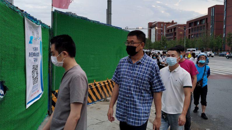 Funcionários de Xinjiang obrigam residentes a tomar medicamentos não comprovadoscontra COVID-19