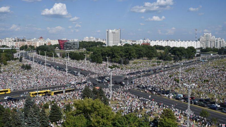 Enorme protesto ocorre na Bielorússia após 'último ditador' da Europa rejeitar novas eleições