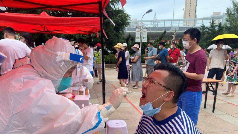 China: Xinjiang pressiona por mais medidas de bloqueio para conter vírus e causa ira nos residentes