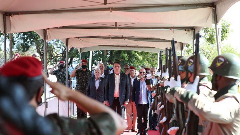 """""""Obstáculos serão vencidos"""", diz Bolsonaro durante cerimônia militar"""