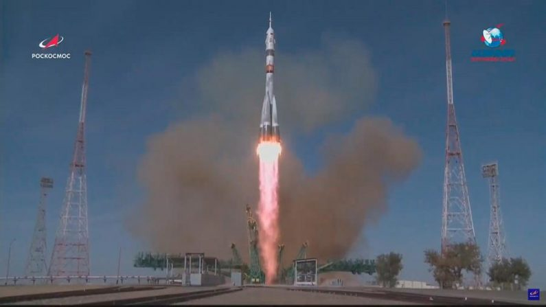 Nave Soyuz MS-17 se acopla à Estação Espacial Internacional