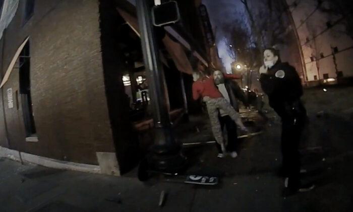 Polícia de Nashville divulga vídeo com câmera fotográfica de policial respondendo à explosão