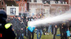 Manifestantes são dispersados com canhões de água em protestos anti-lockdown na Holanda