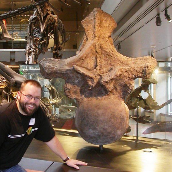 Matt Wedel, do Museu de História Natural do Condado de Los Angeles, com um elenco de vértebra dorsal de argentinosaurus. ( Matt J. Wedel / CC BY 3.0)